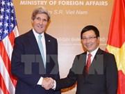 越南政府副总理兼外长范平明同美国国务卿约翰•克里通电话