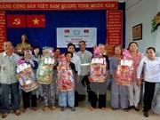 越南河内市出资2820多亿越盾向抚恤政策家庭赠送春节礼物