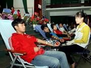 """越南岘港市1000多名青年参加""""红色周日献血节"""""""