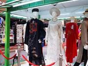 越南长衣展在胡志明市书街举行