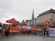 旅居瑞士越南人举行游行活动抗议中国在东海的行为