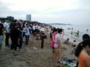 4•30和五一节假期:宜安省炉门海滩吸引大量游客