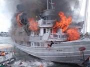 广宁省游船突发大火事件:37名游客安全上岸