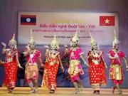 越南向老挝人民推介越南风土人情和文化
