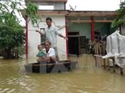 越南中部一些省份多地被洪水包围