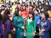 越南国家副主席邓氏玉盛会见越南模范教师代表