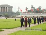 第十四届国会第三次会议开幕前党和国家领导人拜谒胡志明主席陵墓