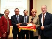 胡志明主席的纪念品赠送仪式在法国举行
