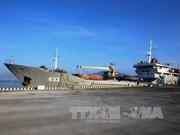 越南两艘海军船赴长沙岛县开展提前投票活动