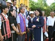 越南国家副主席邓氏玉盛接见崑嵩省少数民族模范代表团