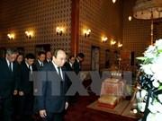越南政府总理阮春福凭吊泰国国王