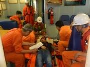 紧急将海上遇险外国船员送往陆地医院接受治疗