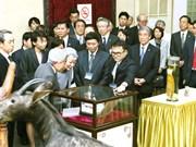 日本天皇和皇后与越南留日往届大学毕业生进行交流  参观生物学博物馆(组图)
