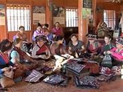 占族同胞陶瓷和锦缎展览会在庆和省举行