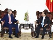 美国前国务卿约翰·克里访问越南
