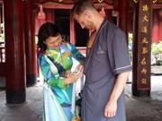 文庙国子监向游客免费借用外袍    维护祭祀场所的尊严