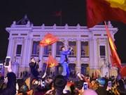 越南首都河内市民纷纷涌出家门 庆祝越南U23足球队的胜利(组图)