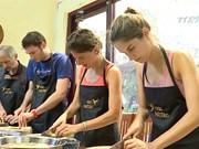 外国游客在访越旅程中收获烹饪技术