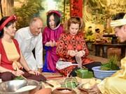 组图:国际朋友对越南传统春节和包粽子习惯颇感兴趣
