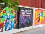 组图:抗击新冠肺炎疫情的河内市壁画街吸引行人关注