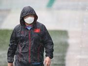 组图:越南男子足球队主教练朴恒绪在雨下指挥越南U22球队锻炼