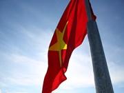 组图:越南国旗在李山岛县泰来峰上迎风飘扬