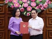 组图:越南政府总理范明政向越通社社长武越庄颁发任命书