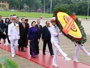 越南第十四届国会第七次会议:国会代表拜谒胡志明主席陵墓(组图)