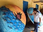 越南画家在竹篮船上创造颇具独特风格的绘画作品(组图)