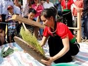 傣族男女兴高采烈参加秀丽乡扁米节(组图)