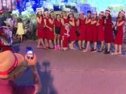 胡志明市年轻人提前迎接圣诞节