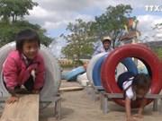 边防部队巧手改造旧轮胎  贫困儿童有新乐趣