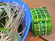 组图:越南生存岛上军民包粽子迎春节