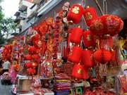 组图:马行街红色装饰品琳琅满目  洋溢着春节喜庆氛围