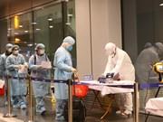 组图:从中国武汉市归来的30名越南公民抵达云屯国际机场