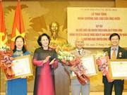 越南国会向不再参选的代表授予勋章