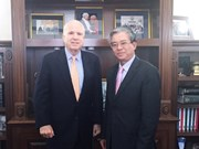 越南驻美国大使范光荣会见美国参议院军事委员会主席约翰·麦凯恩