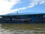 为旅柬越侨建设的洞里萨湖浮动学校正式落成