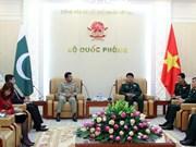 越南人民军副总参谋长武文俊会见巴基斯坦驻越武官卡马尔