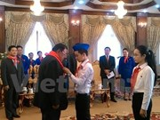 老挝人民革命党中央委员会总书记、国家主席本扬·沃拉吉会见越南模范少年儿童代表团