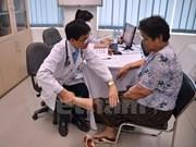 越南医生向柬埔寨病人免费看病和送药