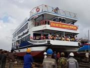 岘港市首艘复合材料双体游船成功下水