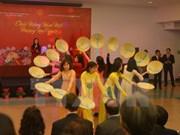 旅外越南人纷纷举行活动喜迎丁酉新年