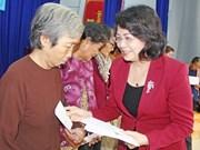国家副主席邓氏玉盛向优抚家庭和贫困户赠送春节慰问品