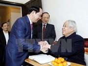 越南国家主席陈大光向100岁大寿的原总书记杜梅祝寿