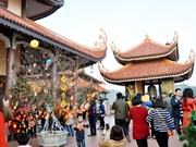 广宁省信仰旅游吸引游客春游参观拜佛