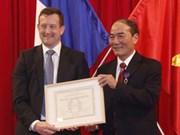 承天顺化省两名个人获法国学术界棕榈叶骑士勋章