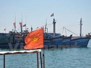 向越南广义省李山县渔民赠送3000面国旗