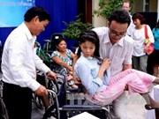 日本前首相鸠山由纪夫向越南残疾人赠送60辆轮椅