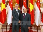 政府总理阮春福与新加坡总理李显龙举行会谈